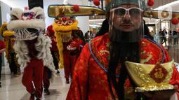 Kelompok Barongsai beraksi menghibur pengunjung untuk merayakan Tahun Baru Imlek 2572 di Senayan City mall, Jakarta, Jumat (12/2/2021). Selain menghibur, atraksi barongsai juga dipercaya masyarakat Tionghoa mampu mengusir roh-roh jahat yang mengganggu. (Liputan6.com/Johan Tallo)