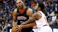 Guard Houston Rockets Eric Gordon (kiri) dijaga penggawa Phoenix Suns Tyler Ulis pada laga NBA di Talking Stick Resort Arena, Jumat (12/1/2018) atau Sabtu (13/1/2018) WIB. (AP Photo/Matt York)