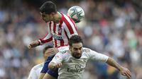 Penyerang Atletico Madrid, Alvaro Morata berebut bola dengan bek Real Madrid, Dani Carvajal pada pertandingan lanjutan La Liga Spanyol di stadion Santiago Bernabeu di Madrid, Sabtu, (1/2/2020). Real Madrid menang tipis 1-0 atas Atletico Madrid. (AP Photo/Bernat Armangue)