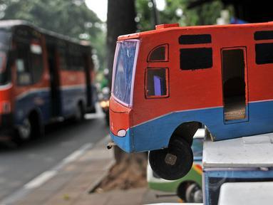 Mainan kayu terlihat di kawasan Kalibata, Jakarta, Rabu (17/10). Sukma merupakan satu dari segelintir pedagang mainan lokal di Ibu Kota yang masih bertahan dari ekspansi pasar impor. (Merdeka.com/Iqbal S. Nugroho)