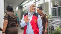 Terdakwa kasus  berita hoaks penganiayaan, Ratna Sarumpaet menyapa awak media saat tiba untuk menjalani sidang lanjutan di Pengadilan Negeri Jakarta Selatan, Kamis (4/4). Sidang kali ini beragendakan pemeriksaan saksi. (Liputan6.com/Faizal Fanani)