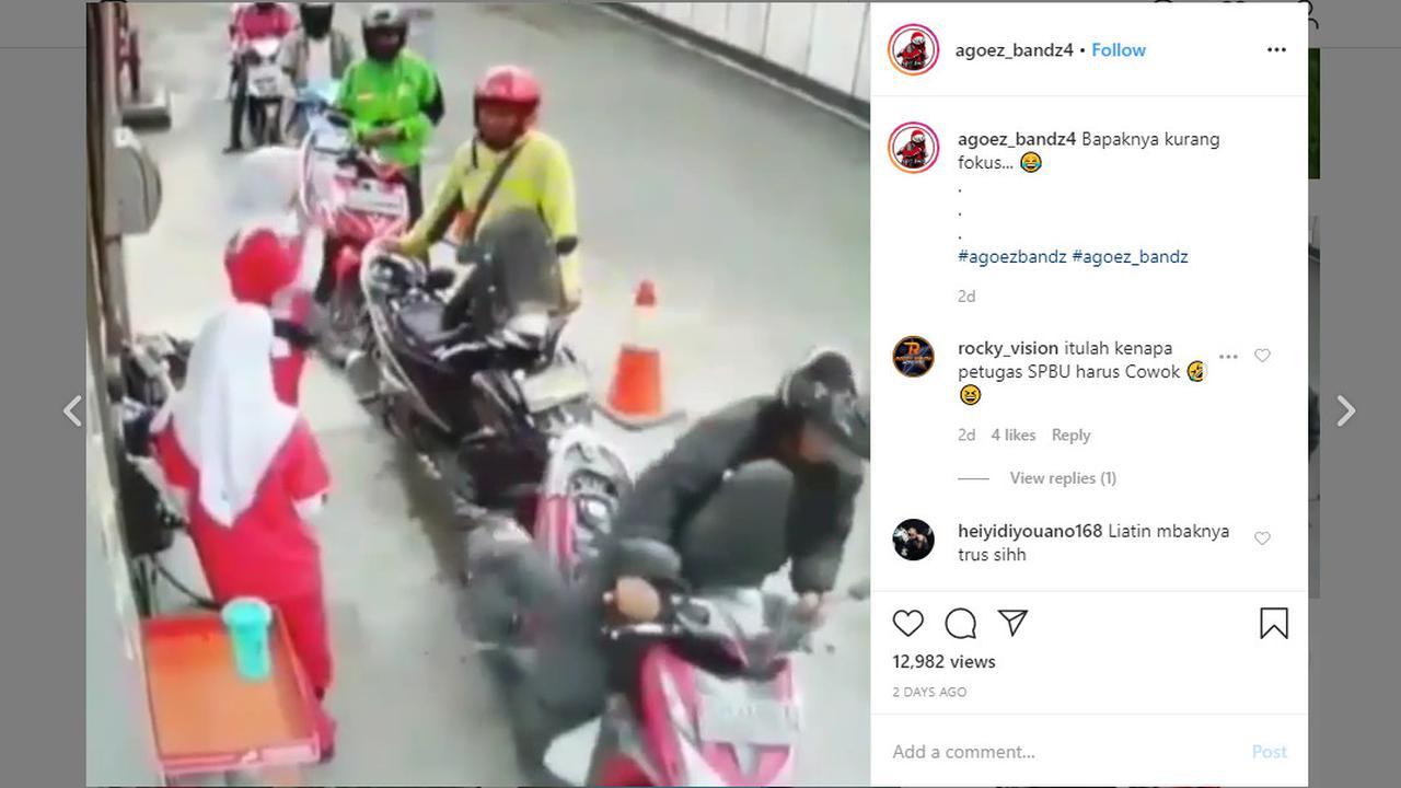 Akun Instagram @agoez_bandz4 memperlihat kejadian lucu karena pengendara lupa menutup jok motor setelah mengisi BBM.