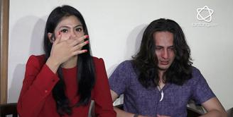 Dylan Carr dan Hana Saraswati tak kuasa menahan air mata di Panti Sosial Wisma Tuna Ganda.
