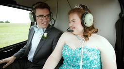 Carlie Wittman bersiap-siap untuk tinggal landas saat menaiki helikopter untuk mengikuti promnite sekolah di Newton (22/4). Carlie Wittman dan Shaedon Wedel mengikuti promnite sekolah dengan menaiki Helikopter. (Brett Deering/AP Images for Doritos)