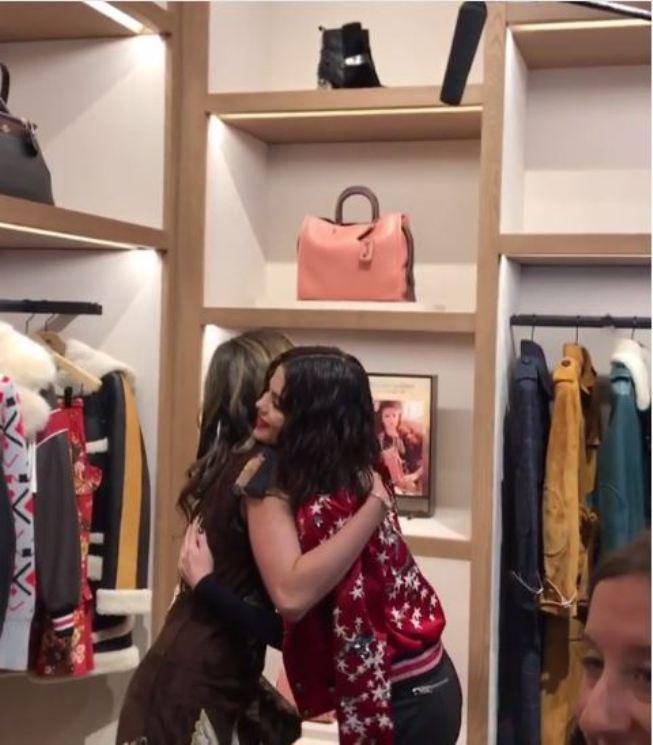 Cinta Laura kembali bertemu dengan Selena Gomez di hari kedua New York Fashion Week. (Instagram - @claurakiehl)