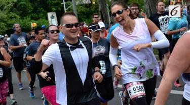 Keduanya menikah disaksikan sahabat dan keluarga yang ikut menonton lari maraton.