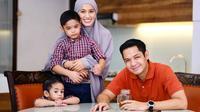 Momen Kebersamaan Keluarga Dude Harlino dan Alyssa. (Sumber: Instagram.com/ichasoebandono)