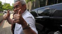 Bupati Kutai Timur Isran Noor menunjukkan jempolnya usai menjalani pemeriksaan di Gedung KPK, Jakarta, Senin (22/12/2014). (Liputan6.com/Miftahul Hayat)