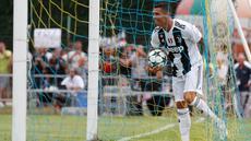 Penyerang  Juventus, Cristiano Ronaldo berselebrasi usai mencetak gol pada pertandingan persahabatan antara Juventus A dan tim B di Villar Perosa, Italia, (12/8). Ronaldo mencetak gol pertamanya untuk Juventus menit ketujuh. (AP Photo/Antonio Calanni)