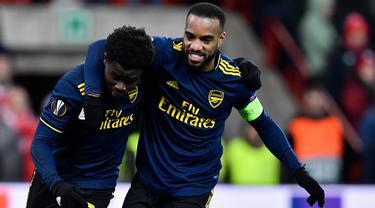 Pemain Arsenal Bukayo Saka (kiri) merayakan golnya ke gawang Standard Liege bersama Alexandre Lacazette pada pertandingan Grup F Liga Europa di Stadion Maurice Dufrasne, Liege, Belgia, Kamis (12/12/2019). Arsenal juara grup setelah menahan Standar Liege 2-2. (JOHN THYS/AFP)