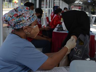 Vaksinasi Bagi Pengguna KRL dan Masyarakat Umum di Stasiun Jakarta Kota