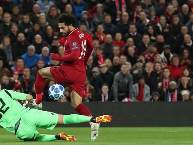 Striker Liverpool, Mohamed Salah berusaha melewati kiper Red Star Belgrade Milan Borjan selama pertandingan grup C Liga Champions di stadion Anfield, Inggris (24/10). Salah mencetak dua gol dan mengantar Liverpool menang 4-0. (AP Photo/Jon Super)