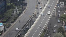 Kendaraan bermotor melintas di kawasan Jalan Layang Non Tol (JLNT) Tanah Abang - Kampung Melayu, Jakarta, Rabu (6/3). Meski sudah ada rambu larangan, pemotor nekat menerobos. (Liputan6.com/Fery Pradolo)