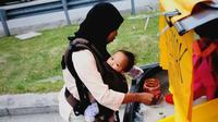 Seorang ibu rela berjualan nasi dipinggir jalan, sambil mengasuh anaknya
