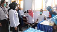 Bupati Mamuju, Sitti Sutinah Suhardi memantau vaksinasi PTK di SMP Negeri 2 Mamuju (Liputan6.com/Abdul Rajab Umar)