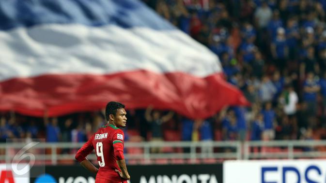 Gelandang Timnas Indonesia, Ferdinand Sinaga termangu usai laga final kedua Piala AFF 2016 melawan Thailand di National Stadium Rajamangala, Bangkok, Sabtu (17/12). Indonesia kalah 2-0 dan harus puas menjadi runner up. (Liputan6.com/Helmi Fithriansyah)