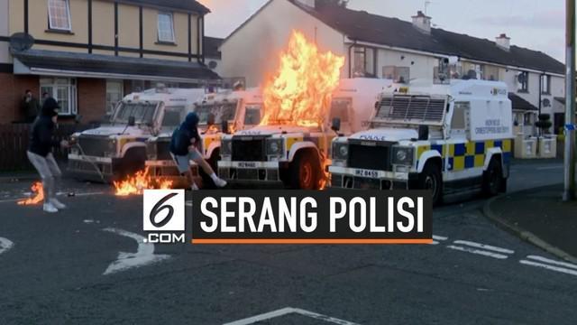 Kendaraan polisi Irlandia diserang sejumlah orang dengan bom molotov. Serangan ini terjadi saat polisi mencari kelompok pembangkang di daerah Londonderry.