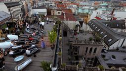 Penonton berendam dalam bak mandi sambil menyaksikan penyanyi opera Eva Kyvalova membawakan Don Giovanni karya Mozart di atap Gedung Lucerna, Praha, Republik Ceko, Kamis (29/8/2019). (AP Photo/Petr David Josek)