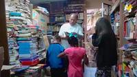 Kesal melihat tumpukan buku yang kerap dibuang perumahan elit, tukang sampah ini membangun perpustakaan untuk lingkungannya.