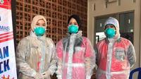 Petugas medis Purbalingga menggunakan APD seadanya. (Dok. Dinkes PBG/Liputan6.com/Galoeh Widura)