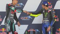 Fabio Quartararo dan Valentino Rossi saat naik podium MotoGP Andalusia. (AP Photo/David Clares)