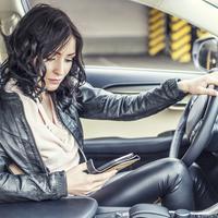 3 Masalah Parkir Mobil yang Sering Bikin Cewek Dilema