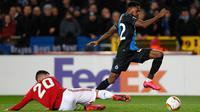 Pemain Club Brugge,  Emmanuel Bonaventure (kanan) berebut bola dengan bek Manchester United, Diogo Dalot dalam leg pertama babak 32 besar Liga Europa di Jan Breydelstadion, Kamis (20/2/2020). Manchester United gagal meraih hasil maksimal usai ditahan imbang Club Brugge 1-1. (JOHN THYS / AFP)