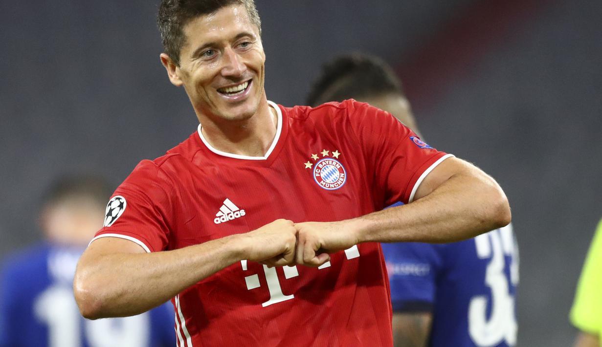 Striker Bayern Munchen, Robert Lewandowski berselebrasi usai mencetak gol ke gawang Chelsea pada leg kedua babak 16 besar Liga Champions di Allianz Arena, Jerman, Sabtu, (8/8/2020). Munchen menang 4-1 atas Chelsea dan melaju ke perempat final dengan agregat skor 7-1. (AP Photo/Matthias Schrader)
