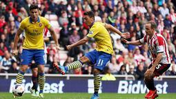Mesut Ozil melepaskan tembakan pada pertandingan Liga Premier Inggris antara Sunderland dan Arsenal di Stadion of Light di Sunderland,14 September 2013.(AFP/Ian MacNicol)