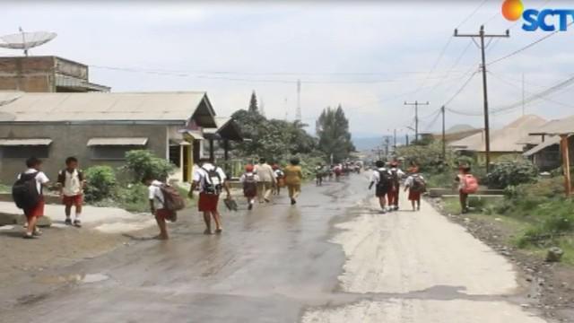 Selain menyediakan bantuan alat kesehatan, warga juga berharap pemerintah segera menyiram jalan dan pemukiman warga untuk mengurangi timbunan abu.
