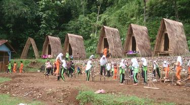 Anak-anak menjajal permainan tradisional, egrang, di Taman Brilian Angkruk Logawa, Sunyalangu, Karanglewas, Banyumas. (Foto: Liputan6.com/Adib untuk Muhamad Ridlo)