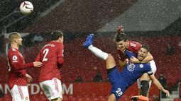 Bek Manchester United, Harry Maguire, berebut bola dengan bek Chelsea, Cesar Azpilicueta, pada laga Liga Inggris di Stadion Old Trafford, Minggu (25/10/2020). Kedua tim bermain imbang 0-0. (Oli Scarff/Pool via AP)