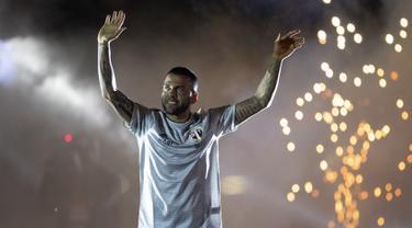 Bek Dani Alves menyapa para suporter saat diperkenalkan sebagai bek baru Sao Paulo di stadion Morumbi, Brasil (6/8/2019). Mantan pemain Barcelona dan Juventus berusia 36 tahun ini dikontrak selama tiga musim, atau hingga 2022. (AP Photo/Andre Penner)