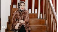 Gaya Dian Pelangi Ubah Kerudung Jadi Baju Batik. (dok.Instagram @dianpelangi/https://www.instagram.com/p/CVRvVGWlqK_/Henry)