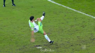 Mario Gomez terpeleset saat mengeksekusi penalti. This video is presented by Ballball.