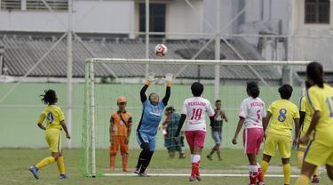 Pemain tim Persijap saat melawan tim putri BMIFA di lapangan VIJ, Petojo, Jakarta, Sabtu (16/2). Acara ini rangkaian dari Festival 125 Tahun MH Thamrin. (Bola.com/Yoppy Renato)