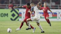Striker Timnas Indonesia, Beto Goncalves, berebut bola dengan pemain Filipina, Alvaro Linares, pada laga Piala AFF 2018 di SUGBK, Jakarta, Minggu (25/11). Kedua negara bermain imbang 0-0. (Bola.com/M. Iqbal Ichsan)