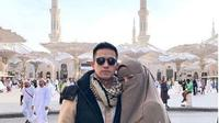 Olla Ramlan dan suami saat menjalani ibadah umrah. (dok.Instagram @ollaramlanaufar/https://www.instagram.com/p/BtTeHX8AHM2/Henry