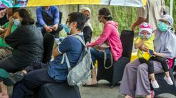 Warga antre untuk mengikuti rapid test gratis di Pos Pengamanan Natal 2020 dan Tahun Baru 2021 Polsek Kebayoran Lama, Jakarta, Selasa (29/12/2020). Rapid test itu dilakukan untuk membantu mengurai antrean warga saat tes di tempat lainnya. (Liputan6.com/Faizal Fanani)