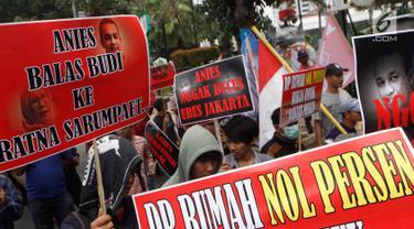 Massa dari Pergerakan Pemuda Jakarta (PPJ) melakukan aksi unjuk rasa di depan Balaikota, Jakarta, Senin (5/11). PPJ mengkritik penataan pedagang kaki lima yang kembali semerawut. (Merdeka.com/Arie Basuki)
