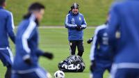 Pelatih Argentina, Jorge Sampaoli mengawasi para pemain saat berlatih di City Football Academy, Manchester, (20/3/2018). Argentina akan melawan Italia pada laga persahabatan di Etihad Stadiu. (AFP/Anthony Devlin)