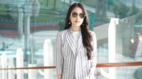 Setelan blazer motif garis-garis yang in didunia fashion. (Instagram/sandradewi)