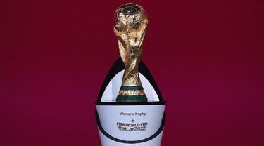 Trofi Piala Dunia merupakan trofi termahal sejauh ini. Tercatat jika trofi ini memiliki harga 20 juta dolar AS atau setara Rp289 miliar karena terbuat dari emas 18 karat. Tak heran jika trofi ini diperebutkan oleh negara di seluruh dunia dalam empat tahun sekali. (Foto: FIFA/AFP/Kurt Schorre)