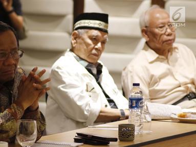 Mantan Ketua Mahkamah Konstitusi, Mahfud MD (kiri) bersama mantan Ketua MA, Harifin Andi Tumpa dan Bagir Manan saat diskusi persoalan dualisme kepemimpinan di tubuh Dewan Perwakilan Daerah (DPD) RI, Jakarta, Rabu (13/2). (Liputan6.com/Helmi Fithriansyah)