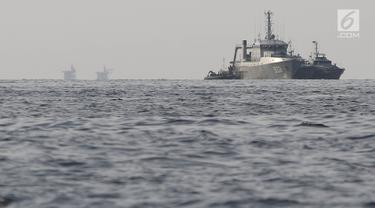 Kapal TNI AL mencari bangkai pesawat Lion Air JT 610 yang jatuh di laut utara Tanjung Pakis, Karawang, Jawa Barat, Senin (29/10). TNI AL mengerahkan KRI Rigel-933 untuk melakukan pencarian jatuhnya pesawat Lion Air JT 610. (Liputan6.com/Herman Zakharia)