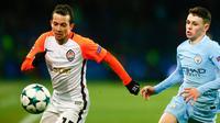 Pemain Shakhtar Donetsk Bernard berebut bola dengan pemain Manchester City, Phil Foden pada matchday terakhir Grup F Liga Champions di Stadion Oblasny Sport Komplex Metalist, Kamis (7/12). Manchester City takluk 1-2. (AP / Efrem Lukatsky)