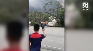 Warga Guatemala City berlarian dari bahaya semburan lumpur lahar Gunung Fuego.