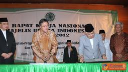 Citizen6, Pondok Gede: Menag Suryadarma Ali menyaksikan Sekjen KKP Gellwynn Jusuf dan Wakil Ketua MUI Din Syamsuddin, saat menandatangani MOU di Asrama Haji Pondok Gede, Jakarta pada, Sabtu (1/9). (Pengirim: Efrimal Bahri)