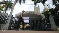 Polisi dari satuan Gegana dan K9 melakukan sterilisasi sebelum misa Natal di Gereja Katedral, Jakarta, (24/15). Sebanyak 400 personel keamanan gabungan disiapkan untuk pengamanan Misa Malam Natal ini. (Liputan6.com/Gempur M Surya)