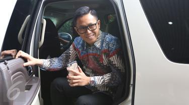 Anggota DPR Eko Hendro Purnomo alias Eko Patrio setibanya di Bareskrim Polri Gedung KKP, Jakarta, Jumat (16/12). Eko akan dimintai keterangan terkait pernyataannya soal penangkapan teroris di Bekasi adalah pengalihan isu. (Liputan6.com/Herman Zakharia)